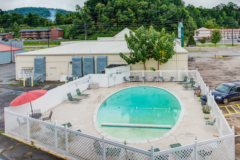 pool at green valley motel in pigeon forge
